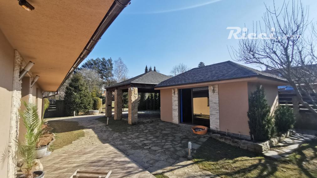 REZERVOVANÉ Na predaj 5 izbový bungalov s bazénom v obci Sokoľ časť Uhrinč 12 km od Košíc